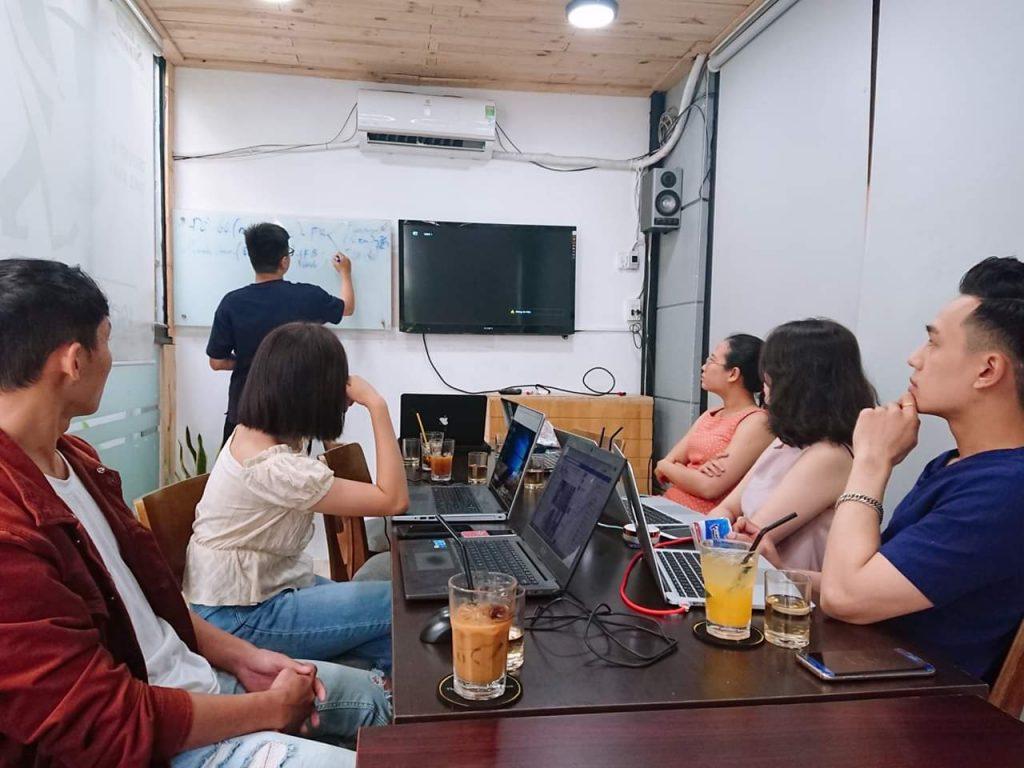 Phòng họp lớn 10-15 người cho thuê giá rẻ có tivi, máy chiếu và bảng bút tại quận Phú Nhuận HCM The bib Space