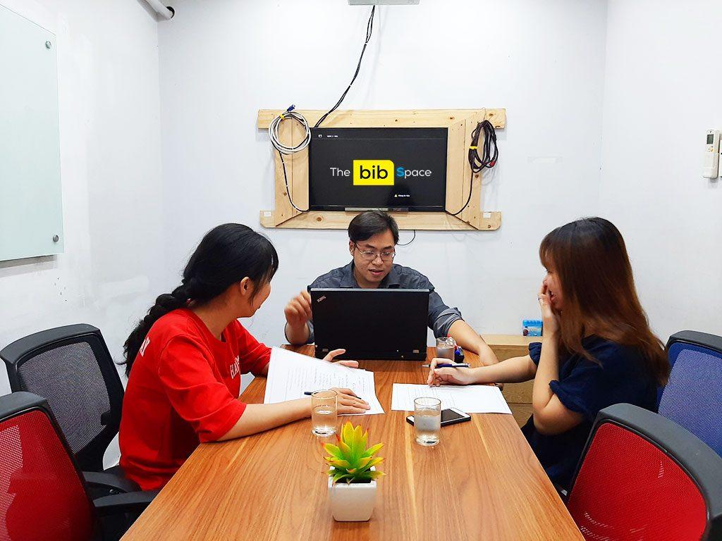 Cho thuê phòng họp giá rẻ 7 người có tivi và bảng bút tại quận Phú Nhuận HCM The bib Space