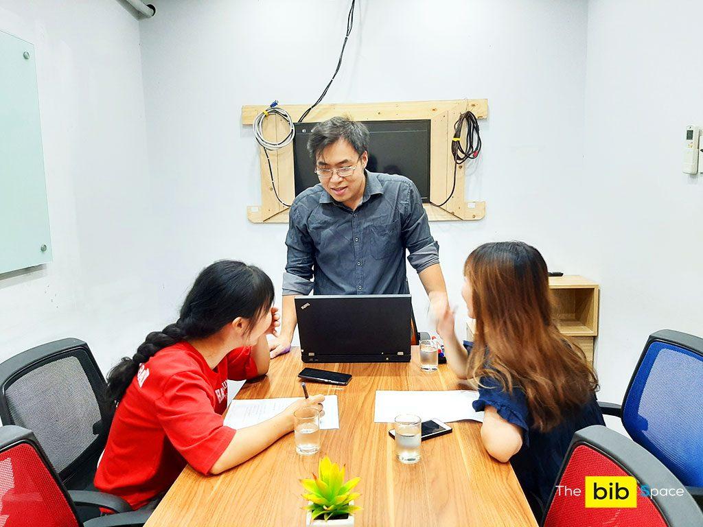 Phòng họp cho thuê giá rẻ 7 người có tivi và bảng bút tại quận Phú Nhuận HCM The bib Space