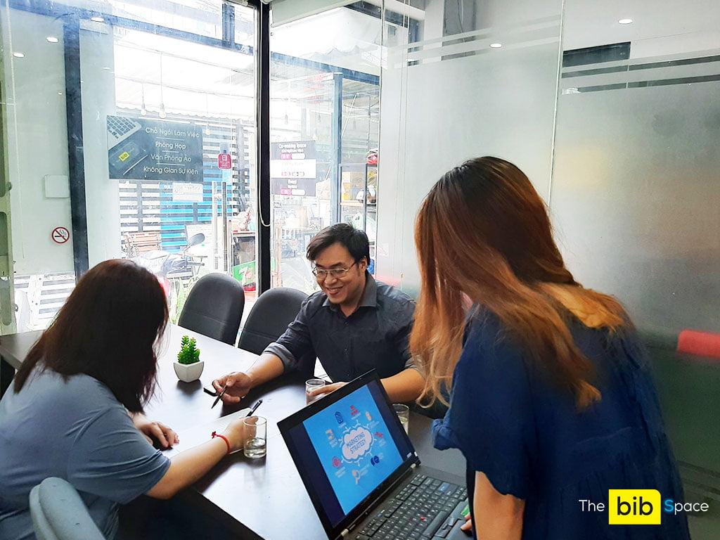 Phòng họp cho thuê giá rẻ 9 người có tivi và bảng bút tại quận Phú Nhuận HCM The bib Space